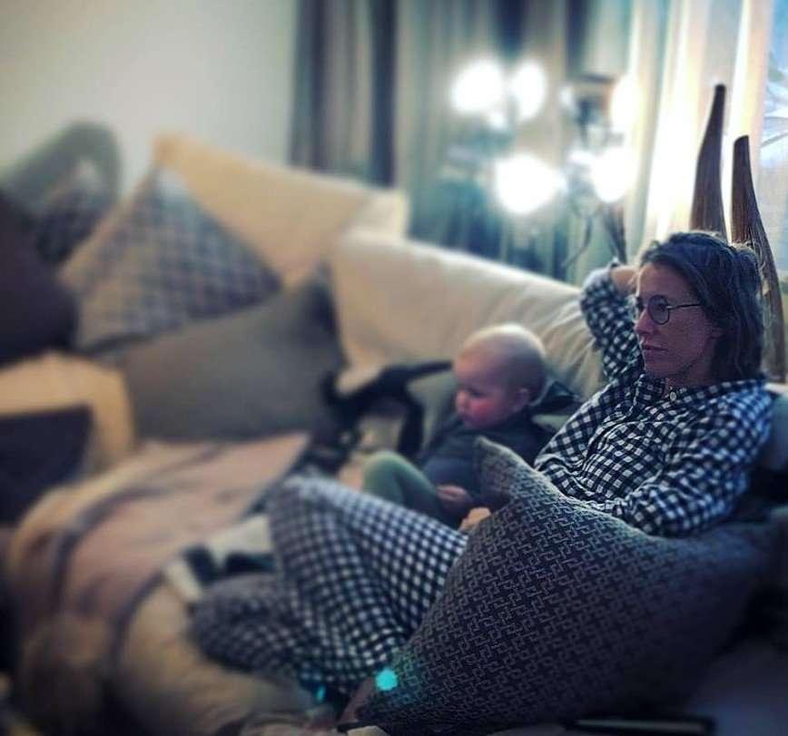 Виторган запечатлел Собчак с сыном во время просмотра мультфильмов