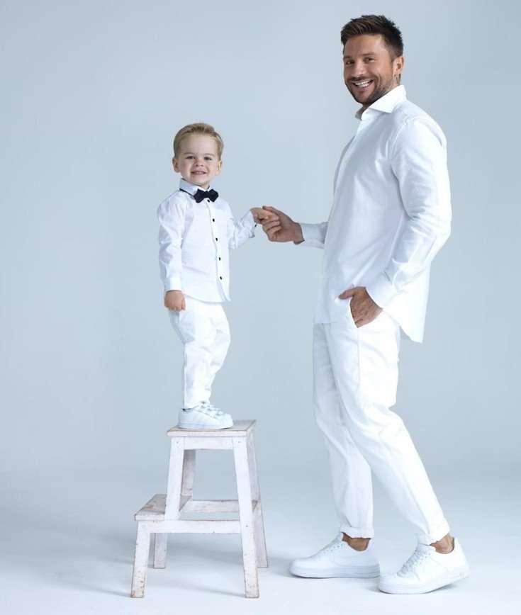 Сергей Лазарев разместил милое фото с сыном у наряженной елки