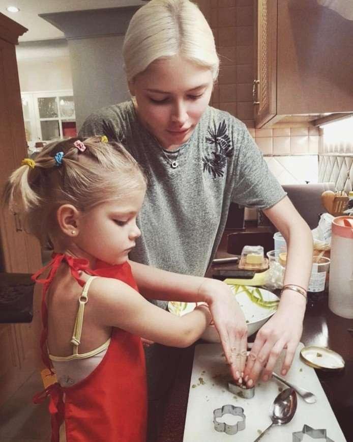 Примерная мама: Алена Шишкова испекла с дочкой печенье