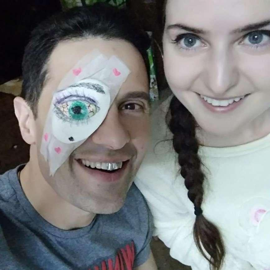 «Повязка с юмором»: Антон Макарский веселится после операции на глаз