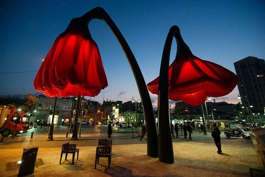 Центр Иерусалима украшают гигантские тюльпаны